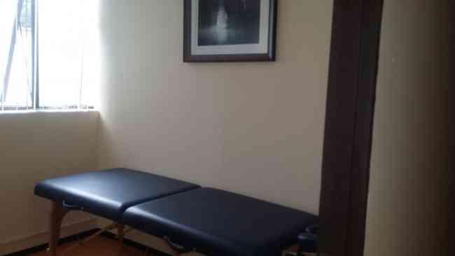 Renta por hora de consultorios con cama de masajes.