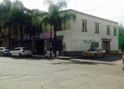 Locales comerciales a un costado del centro médico