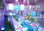 Carpas elegantes, banquetes y letras gigantes