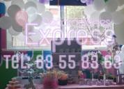 Decoracion con globos y mesas de dulces