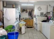 Lavandería en funcionamiento con mobiliario sobre