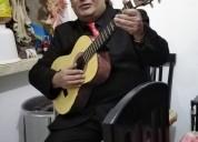 Cantante bohemio fiestas con pistas o guitarra